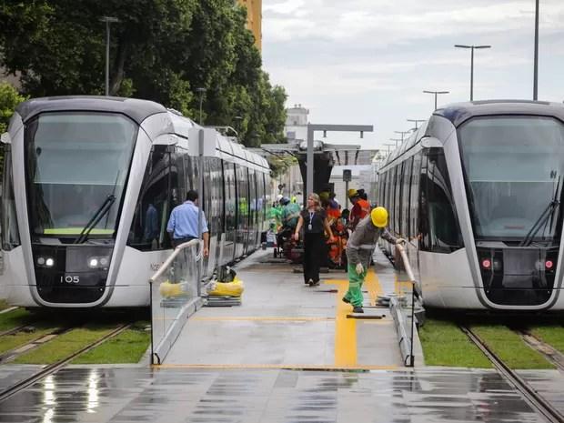 Trens na Parada dos Museus, na Praça Mauá (Foto: Rodrigo Gorosito/G1)