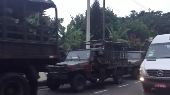 Comboio das Forças Armadas na Avenida Niemeyer, na Zona Sul do Rio (Foto: Diego Sarza/ GloboNews)