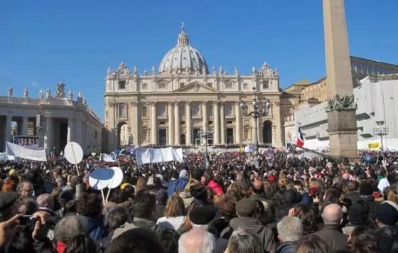 Fiéis durante a última audiência papal, nesta quarta-feira (27), na Praça de São Pedro, no Vaticano (Foto: Juliana Cardilli/G1)