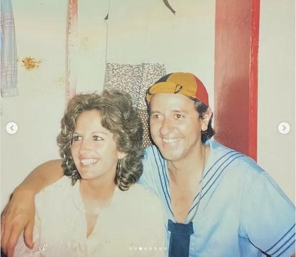 Gache Rivera com o marido, Carlos Villagrán (Quico), nos bastidores de um espetáculo do elenco de Chaves na Venezuela no fim dos anos 70 (Foto: Instagram)