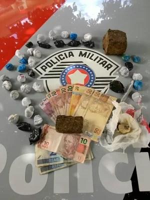 Porções de drogas ficaram apreendidas pela polícia (Foto: Polícia Militar/Cedida)