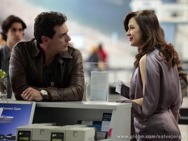 Cínica! Lívia provoca Théo no aeroporto (Foto: Salve Jorge/TV Globo)