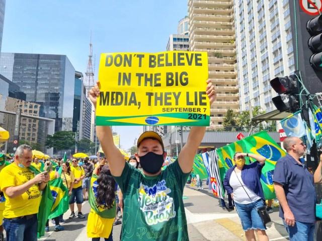 Manifestantes protestam contra a imprensa na Avenida Paulista — Foto: G1 SP