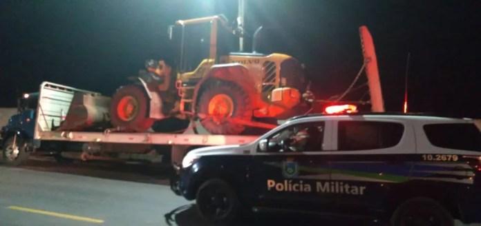 Primeiro caminhão com o maquinário foi abordado pela PM em cidade vizinha — Foto: Polícia Militar/Divulgação