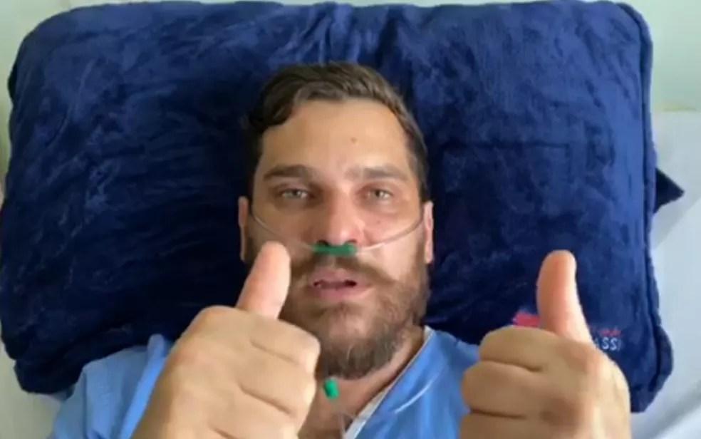 Cauan faz sinal de que está bem após deixar UTI de hospital em Goiânia — Foto: Reprodução/TV Anhanguera