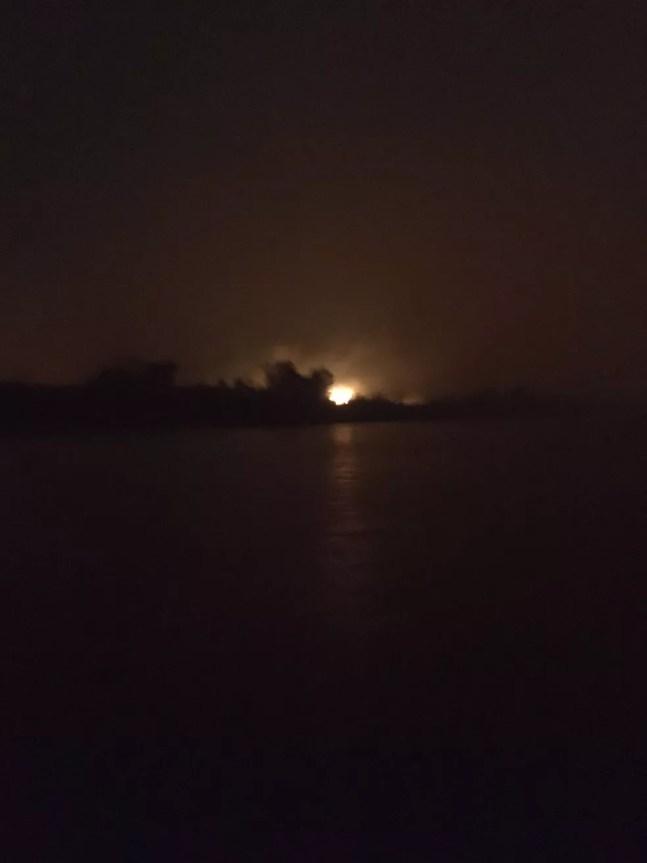 Fogo no horizonte, às margens do rio Paraguai — Foto: Corpo de Bombeiros/Divulgação