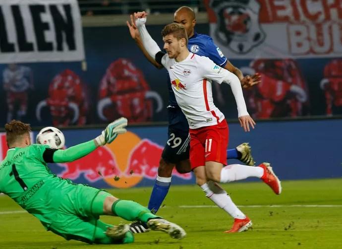 Timo Werner começa a cair na saída do goleiro Ralf Faehrmann em pênalti marcado para o RB Leipzig contra o Shalke 04 (Foto: REUTERS/Fabrizio Bensch)