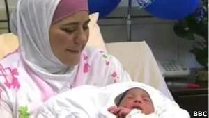 A palestina Dallal Ziben mostra o filho nascido em agosto (Foto: BBC)