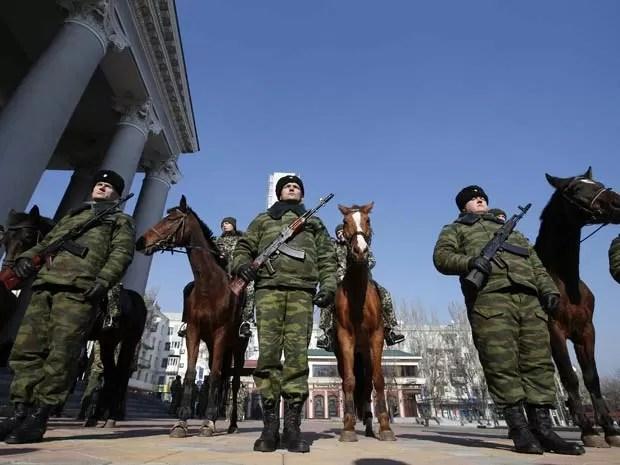 Membros de guarda de honra dos separatistas pró-Rússia esperam pela chegada do líder dos separatistas na Ucrânia,  Alexander Zakharchenko, eleito 'presdiente' da autoproclamada República Popular de Donetsk (Foto: REUTERS/Maxim Zmeyev )