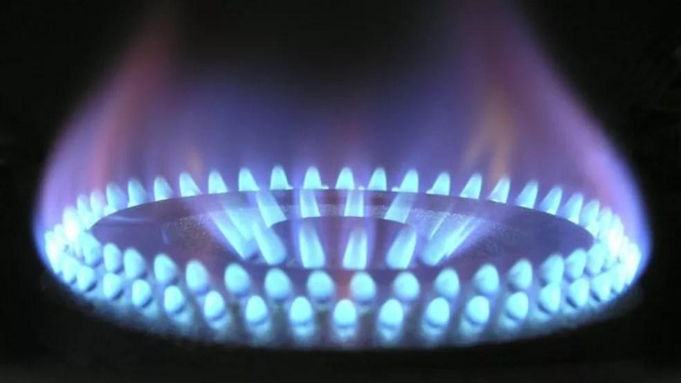 Apenas 8% das famílias brasileiras usam gás encanado (como é popularmente chamado o gás natural), mas mesmo quem está fora deste percentual pode sofrer reajuste — Foto: BBC