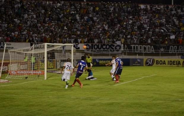 Botafogo manda bola na trave (Foto: João Áquila / GLOBOESPORTE.COM)