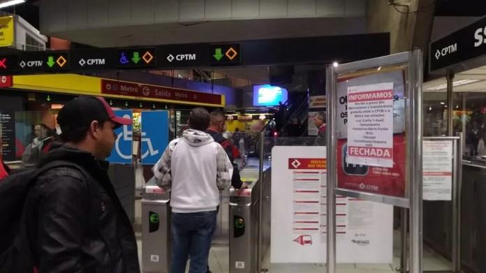 Passageiro lê informe da greve fixado na estação Pinheiros do Metrô em SP — Foto: Marina Pinhoni/G1