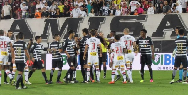 Corinthians x São Paulo Orlando briga (Foto: Marcelo Braga)