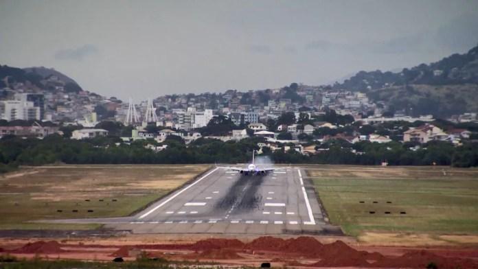 Avião pousa em antiga pista do aeroporto de Vitória (Foto: Arquivo/ TV Gazeta)