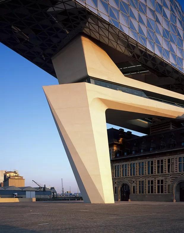 Porto na Antuérpia lembra navio e parece flutuar sobre a cidade (Foto: Reprodução)