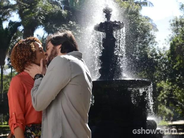 Quanto romance! Verônica e Herval passam tarde juntos e fecham dia com beijão (Foto: Raphael Dias/TV Globo)