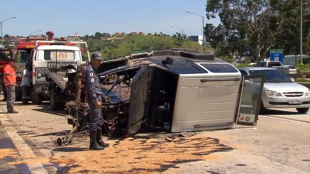 Polícia Militar Rodoviária registra 136 acidentes na virada de ano em rodovias estaduais e federais delegadas; neste domingo (1º), acidente na MG-010 deixou um ferido (Foto: Reprodução/TV Globo)