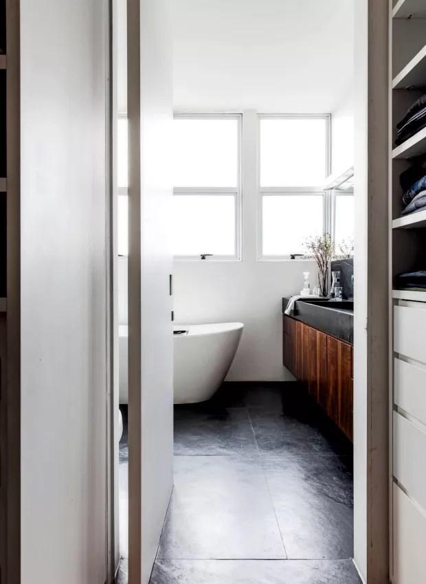 Banheiro do casal. A partir do closet, vê-se a entrada do ambiente, em que se destaca a banheira da Interbagno (Foto: Maíra Acayaba / Editora Globo)