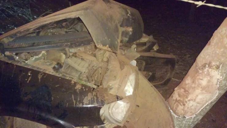 Frente do veículo ficou destruída (Foto: Juliano Oliveira)