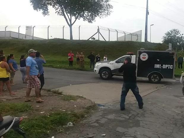 Movimentação na frente do Compaj, na manhã desta segunda-feira (2) (Foto: Suelen Gonçalves/G1 AM)