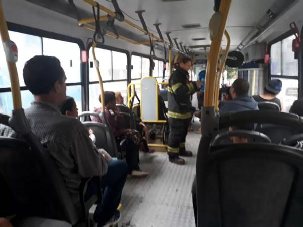 Moradores evacuados após incêndio em Santos (SP) utilizam ônibus para ir à unidade de saúde — Foto: Nina Barbosa/G1