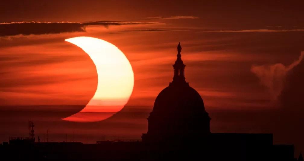 Eclipse solar anular foi visto nesta quinta-feira (10), quando o sol nasceu à esquerda do Capitólio, sede do Congresso dos Estados Unidos — Foto: Bill Ingalls/NASA