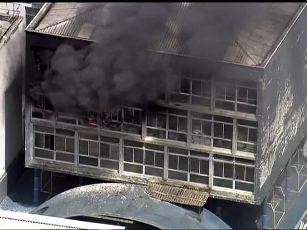 Prédio de faculdade foi esvaziado assim que fogo começou (Foto: Reprodução/TV Globo)