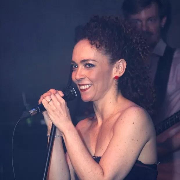 """Laila Garin foi muito aplaudida quando cantou """"O que será?"""", do repertório de Chico Buarque, em seu show (Foto: Vera Donato/ Divulgação)"""
