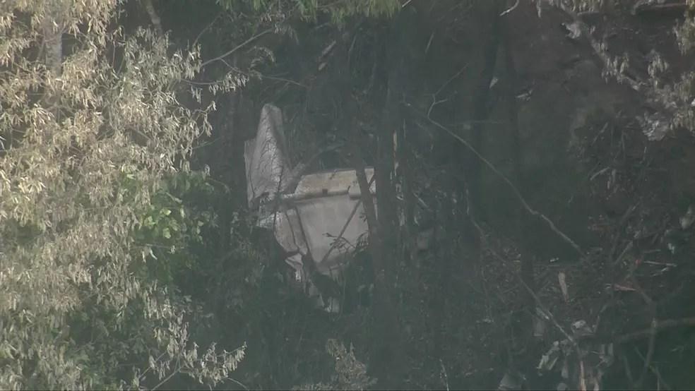 Destroços da aeronave que caiu na Serra da Cantareira nesta segunda — Foto: Reprodução TV Globo