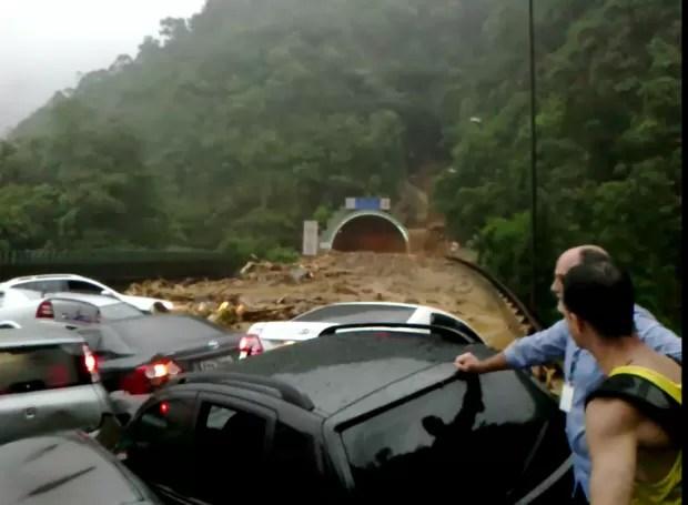 Deslizamento atingiu 24 veículos na Imigrantes (Foto: Reprodução / TV Tribuna)