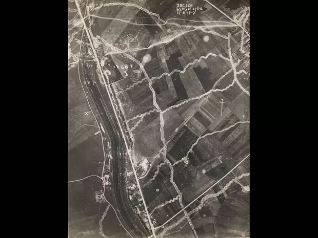 Imagem aérea feita de um avião britânico mostra trincheiras cavadas no Fronte Ocidental, em junho de 1917 (Foto: Reuters/Archive of Modern Conflict London)