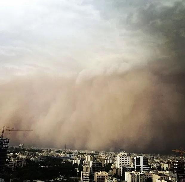Cidade foi tomada pela nuvem de areia com ventos de até 110 km/h (Foto: Farhad Kabar Kohian/AFP)