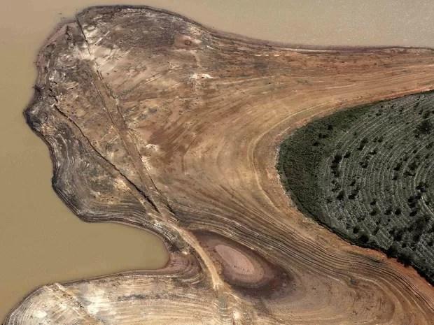 Vista aérea da represa de Atibainha, parte do Sistema Cantareira, com margens bastante expostas devido à seca no estado de São Paulo, em Nazaré Paulista (Foto: Nacho Doce/Reuters)