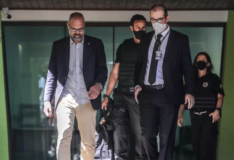 Allan dos Santos (à esquerda), blogueiro do site bolsonarista Terça Livre, durante operação da Polícia Federal contra fake news — Foto: GABRIELA BILÓ/ESTADÃO CONTEÚDO