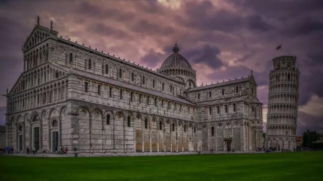 A Torre de Pisa junto à Catedral da cidade, a qual serve de campanário. (Foto: Creative Commons / Walkerssk)