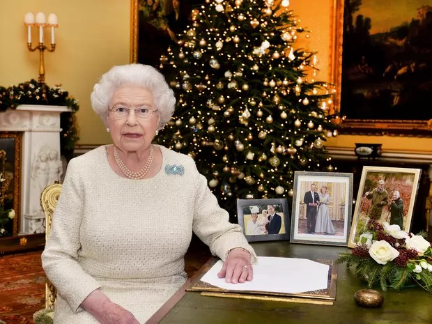 Rainha Elizabeth grava tradicional mensagem de Natal (Foto: REUTERS/John Stillwell/Pool)