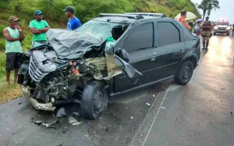 Frente do veículo ficou destruída (Foto: Thainá Lobo/Site Voz da Bahia)