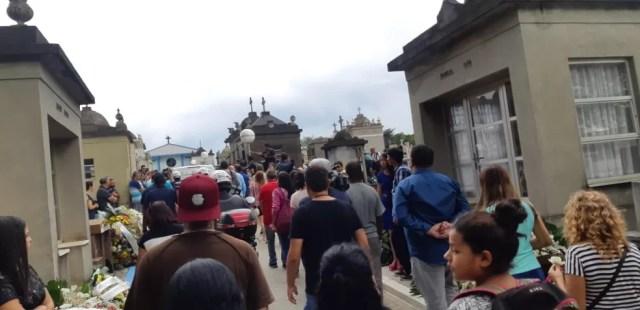 Familiares e amigos acompanham sepultamento das vítimas do massacre — Foto: Bárbara Muniz Vieira/G1