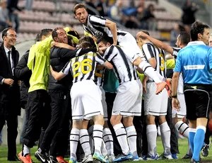 Vucinic comemora gol do Juventus contra o Cagliari (Foto: Getty Images)