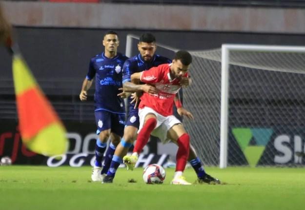 Jajá é marcado de perto por Yuri no clássico contra o CSA — Foto: Ailton Cruz/Gazeta de Alagoas