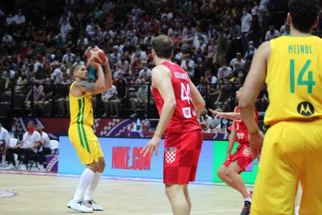 Hettsheimeir tenta o arremesso para o Brasil — Foto: Divulgação/FIBA