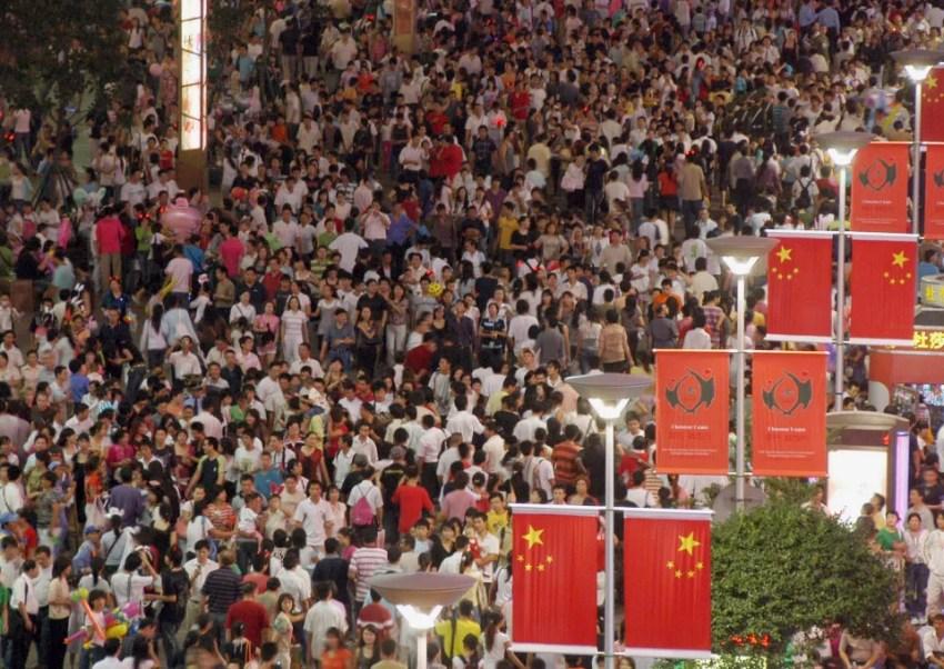 Um dia comum em avenida de Xangai