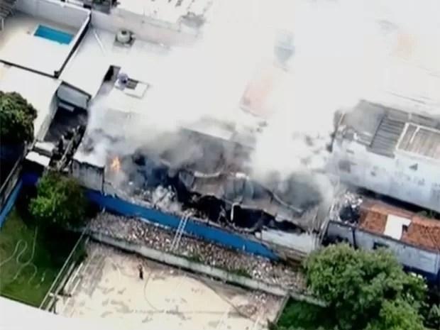 Fogo em fábrica foi perto de escola (Foto: Reprodução/TV Globo)