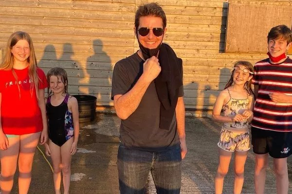 Actor Tom Cruise with Alison Webb's children (Photo: Instagram)