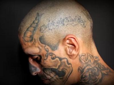 Musquito desenha o corpo desde que tinha 13 anos e há sete trabalha como tatuador (Foto: Fabio Rodrigues/G1)