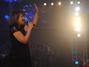 A cantora Suely Façanha foi a última atração da noite religiosa, no pátio de eventos de Caruaru (Foto: Thomás Alves/TV Asa Branca)