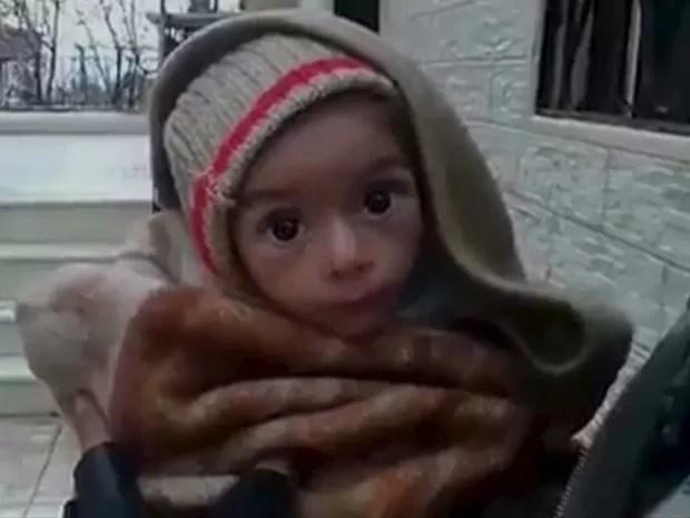 Menino aparece em imagens de vídeo feito nesta terça-feira (5) em Madaya, na Síria, onde civis estão morrendo or falta de mediamentos e comida (Foto: REUTERS)