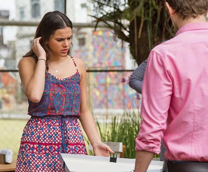 Mari fica assustada ao abrir encomenda misteriosa (Foto: Fabiano Battaglin/Gshow)