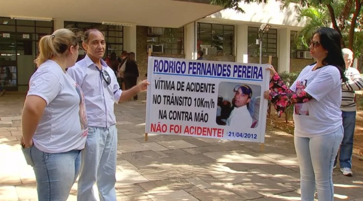 Familiares da vítima foram até o fórum de Rio Preto (Foto: Reprodução/TV TEM)