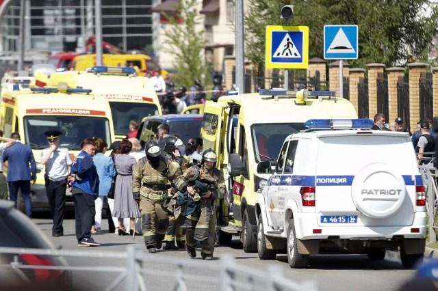 Ambulâncias e carros da polícia estacionados em frente a escola que foi alvo de ataque a tiros em Kazan, na Rússia, em 11 de maio de 2021 — Foto: Roman Kruchinin/AP